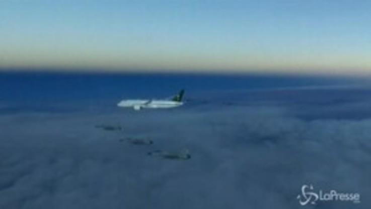 Cielo 'affollato' di caccia: ecco la scorta al jet del principe saudita