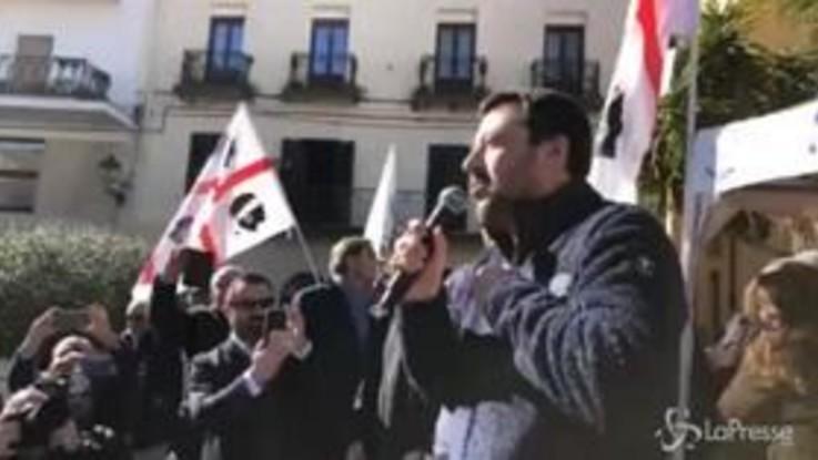 """Salvini fischiato a Ozieri (Sassari), provoca i contestatori: """"Faremo un parco acquatico per i comunisti"""""""