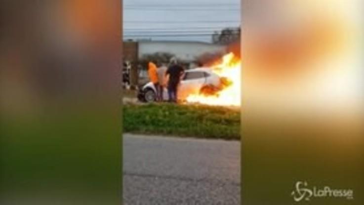 Auto in fiamme, corsa contro il tempo per salvare una donna