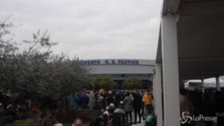 Incendio all'aeroporto di Ciampino, coperte e viveri per i passeggeri in attesa