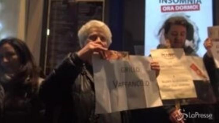 Roma, la protesta dei delusi del M5s contro Grillo