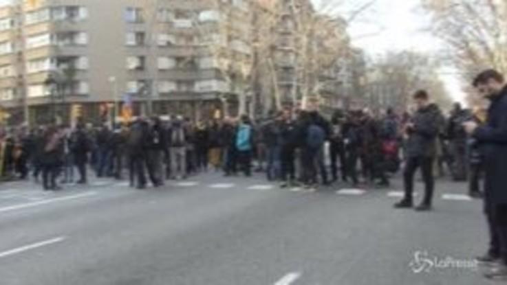 Barcellona, proteste e scontri in piazza contro il processo ai leader catalani