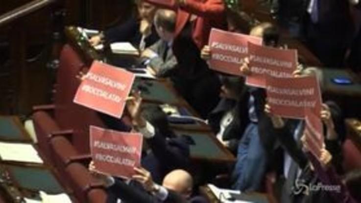 """La protesta in aula del Pd: """"Salva Salvini, boccia la Tav"""""""