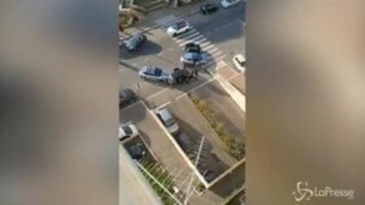 Roma, poliziotti accerchiati a Tor Bella Monaca: il racconto in un video