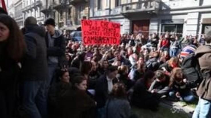 """Milano, corteo contro il governo: gli studenti cantano """"Bella Ciao"""""""