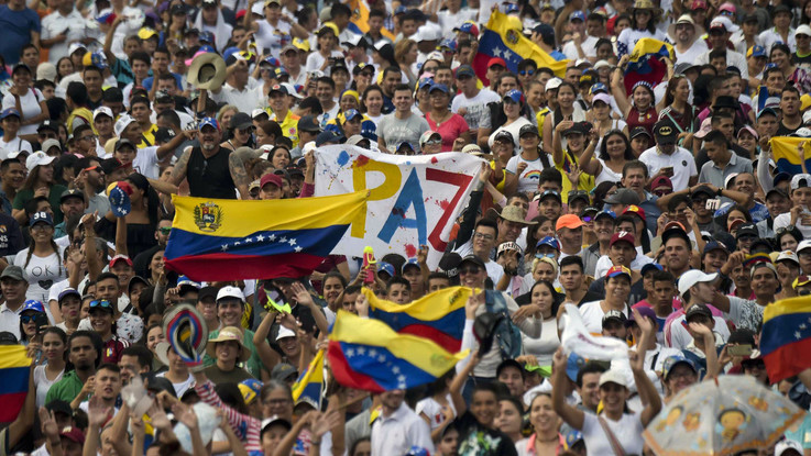 """Venezuela, la polizia spara al confine: due morti. Ed è """"scontro"""" tra concerti"""