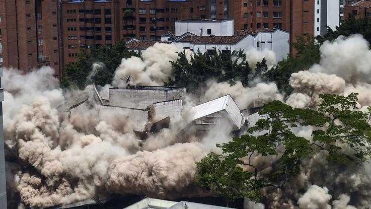 Demolito il fortino di Pablo Escobar a Medellin: al suo posto un parco dedicato alle vittime