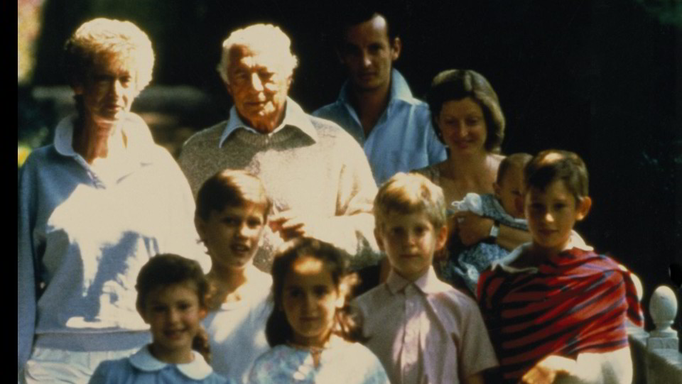 Nel luglio del 1986 a Villar Perosa con i figli Edoardo e Margherita che tiene in braccio il figlio Pietro ©