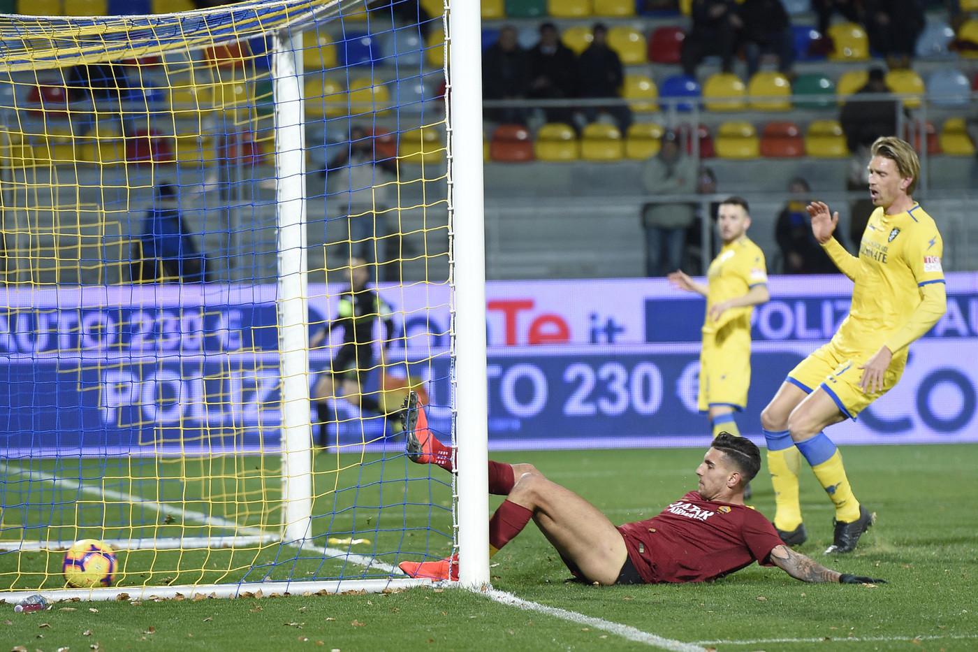 Pazza Roma, sbaglia, soffre e vince nel vento di Frosinone: 2-3