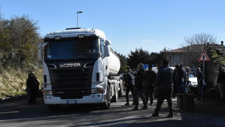 Latte, assalto a un camion cisterna a Orune. Il liquido versato in strada