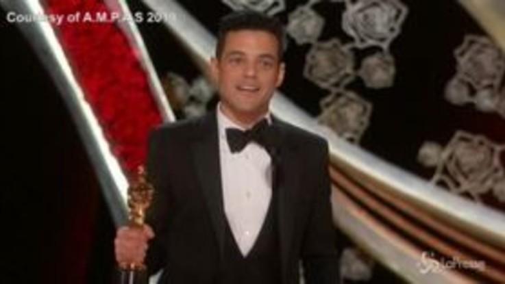 Rami Malek vince l'Oscar ma non si stacca dalla fidanzata: il lungo bacio a Lucy Boynton