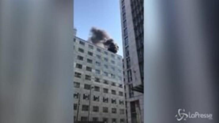 Milano, colonna di fumo su un palazzo in via Turati