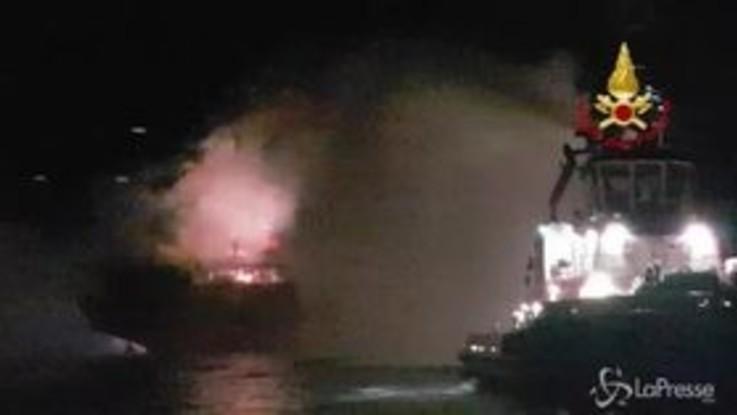 Chioggia: nave cargo in fiamme, equipaggio evacuato
