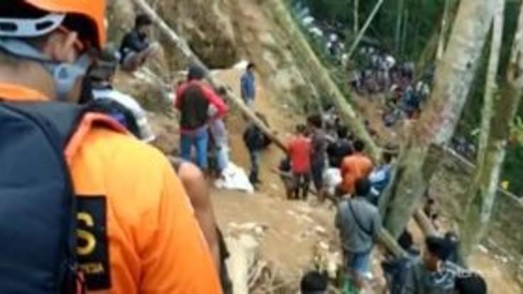 Indonesia, crolla miniera d'oro illegale: decine di persone sepolte vive