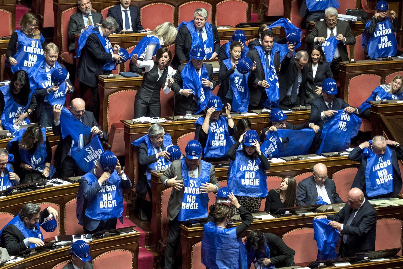 Decretone, ok dal Senato con 149 sì e 110 no tra bagarre e proteste