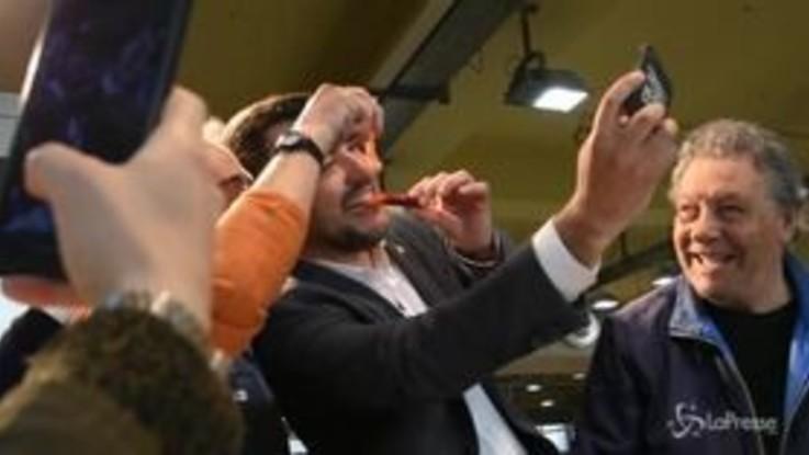Salvini: brindisi a Cagliari e selfie con il gamberetto