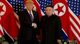 Hanoi, la stretta di mano tra Kim e Trump