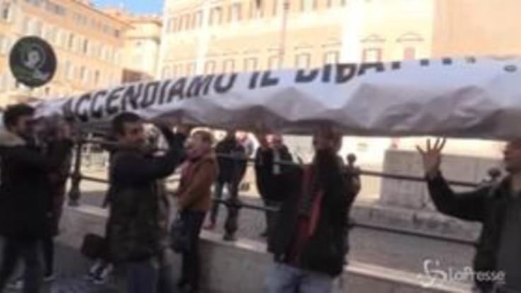 """Roma, """"spinello"""" gigante davanti a Montecitorio per legalizzazione cannabis"""