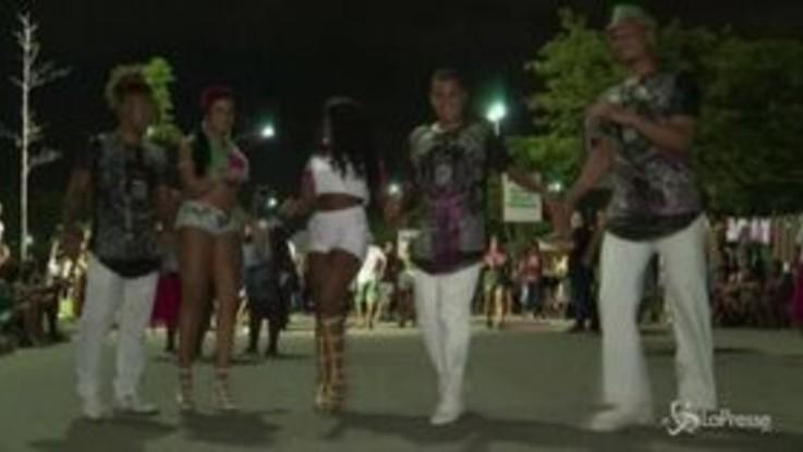 Inizia il carnevale di Rio: musica, canti e balli per le strade