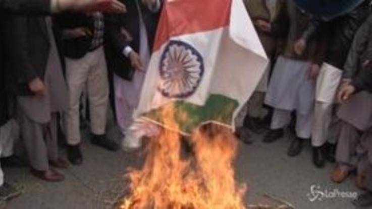 Pakistan, manifestanti bruciano bandiera indiana