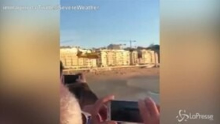 Aereo plana a pochi metri dalla folla, paura a San Sebastian
