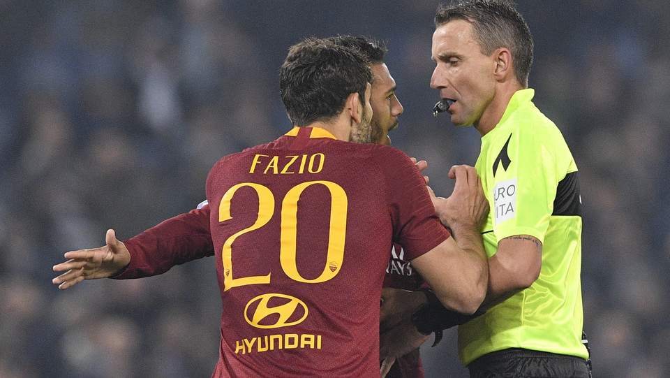 Fazio cerca di convincere Mazzoleni che il rigore non c'è ©