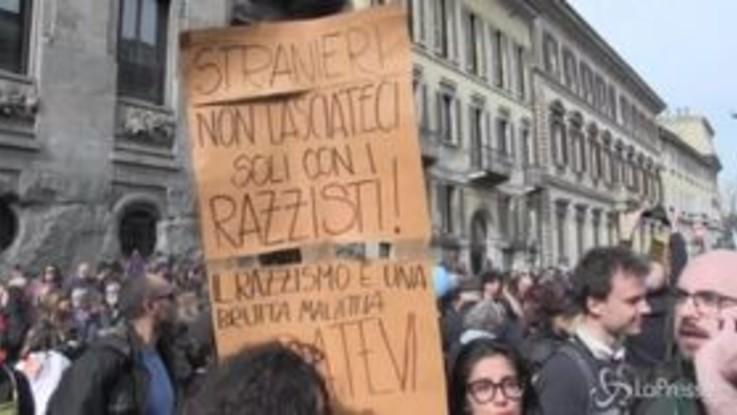 """La Milano antirazzista scende in piazza, Salvini: """"Io non cambio idea"""""""