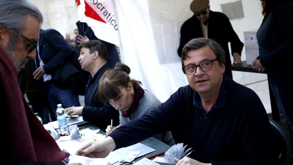Carlo Calenda volontario al gazebo di piazza del Popolo a Roma ©
