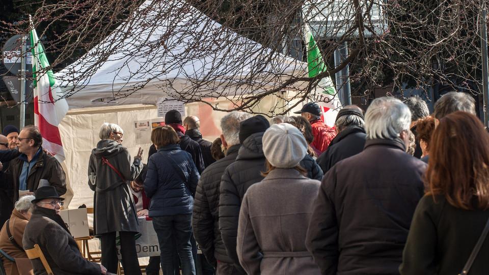 Cittadini al voto in piazza Mancini a Roma ©