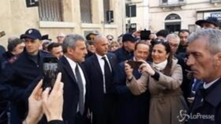 Matera abbraccia Berlusconi: strette di mano e selfie per l'ex premier