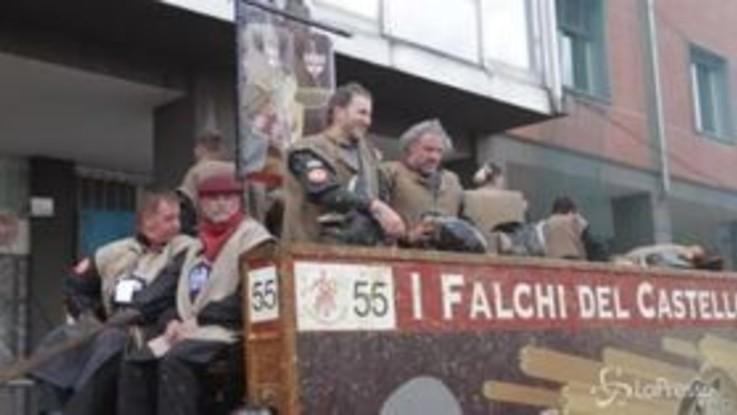 Ivrea, Davide Casaleggio sul carro dei Falchi nella battaglia delle arance
