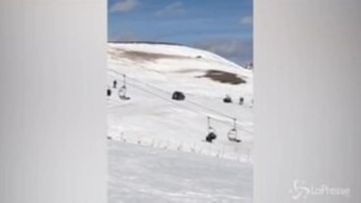 Nonno 91enne sbaglia strada e finisce con l'auto sulle piste da sci