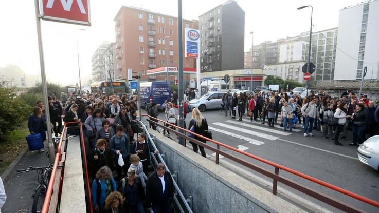 Milano, brusca frenata in metro: feriti alcuni passeggeri