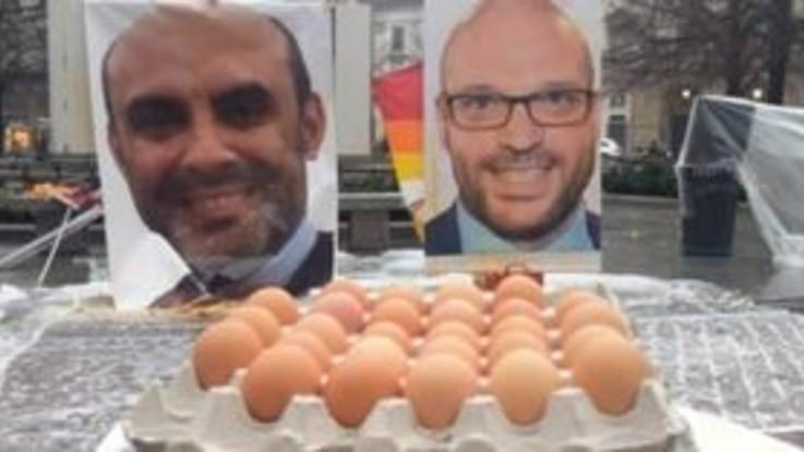 Ddl Pillon, proteste a Milano: pioggia di uova davanti a Palazzo Marino