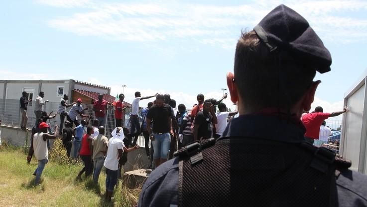 Migranti, iniziato lo sgombero della baraccopoli di San Ferdinando