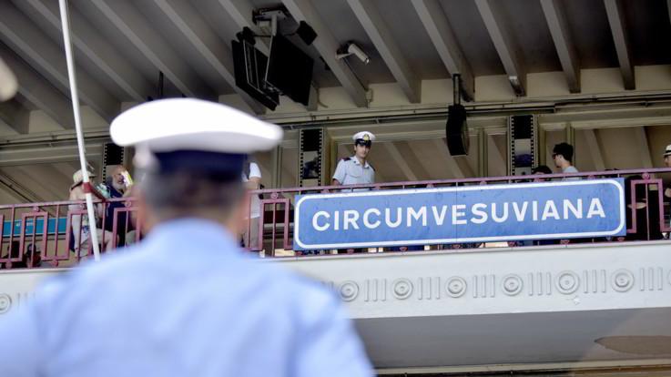 Napoli, ragazza stuprata in Circumvesuviana: tre giovani fermati grazie alle telecamere