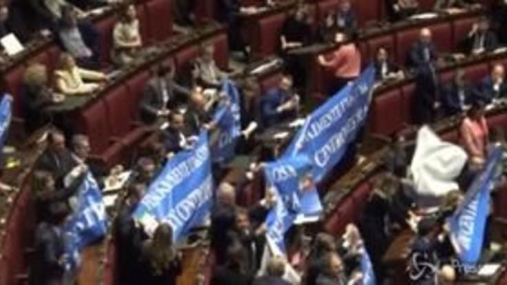 Legittima difesa, la Camera approva tra fischi e applausi