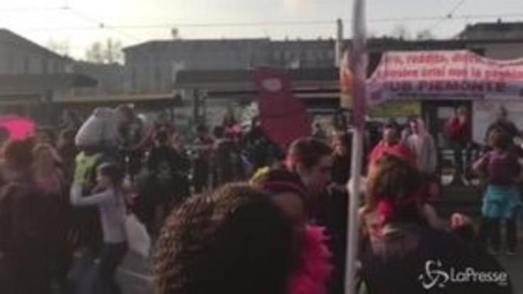 Lotto Marzo, folla di manifestanti davanti a Porta Susa a Torino