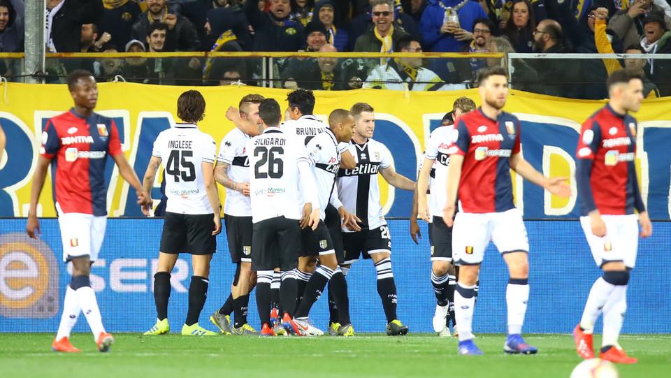 Kucka festeggia con la squadra dopo il gol ©
