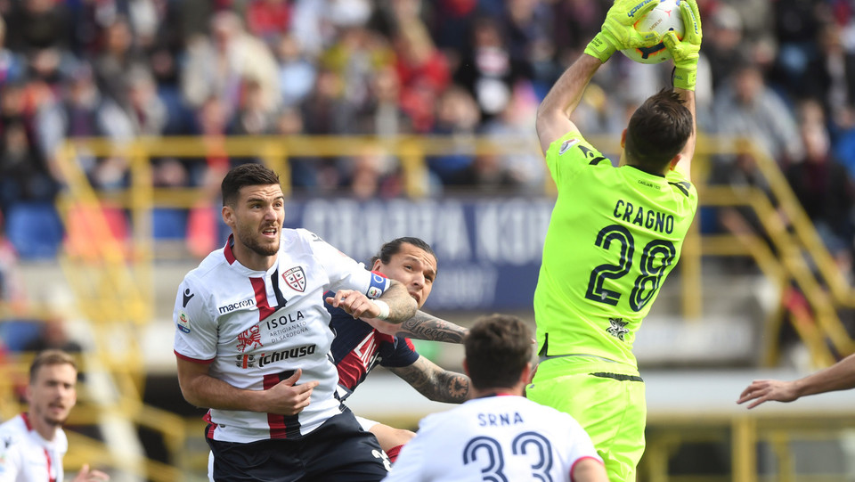 Federico Santander (Bologna F.C.) in azione contrastato da Luca Ceppitelli (Cagliari Calcio) e Alessio Cragno (Cagliari Calcio) ©