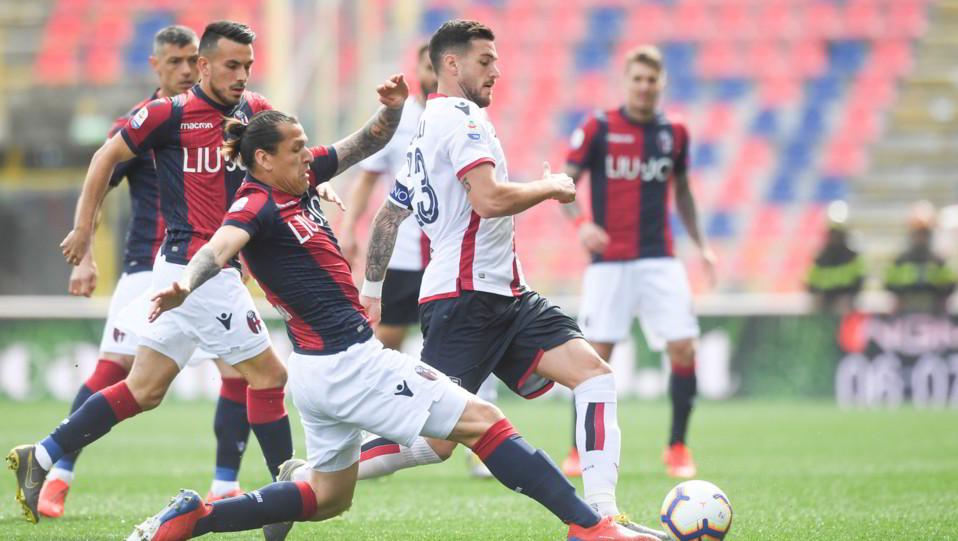 Luca Ceppitelli (Cagliari Calcio) in azione contrastato da Federico Santander (Bologna F.C.) ©