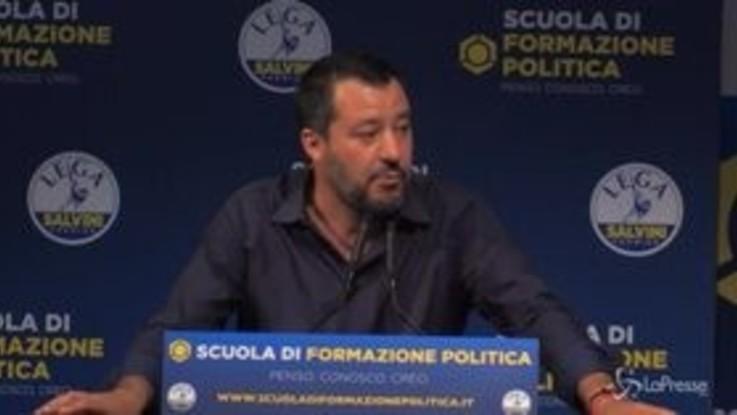 """Salvini: """"Ho mangiato pizzoccheri con burro e aglio, è un messaggio per le borse estere"""""""
