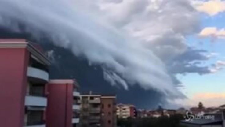 """Uno """"tsunami di nuvole"""" investe le coste abruzzesi"""