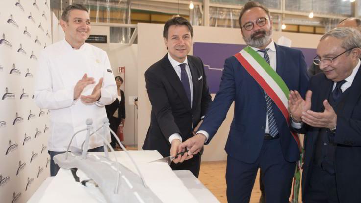 """Conte taglia torta a forma di ponte. E' polemica: """"Nessun rispetto per le vittime di Genova"""""""