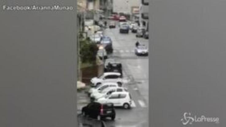 Reggio Calabria, dà fuoco all'ex moglie dentro l'auto: la scena filmata da un palazzo vicino