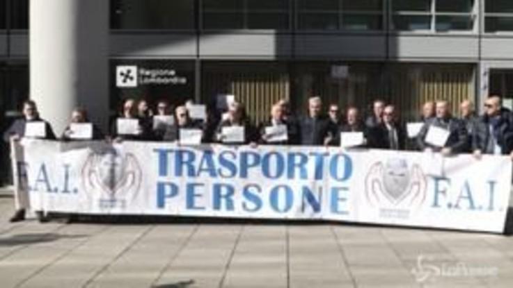 Milano, Ncc in coda per il reddito di cittadinanza: la protesta davanti alla Regione