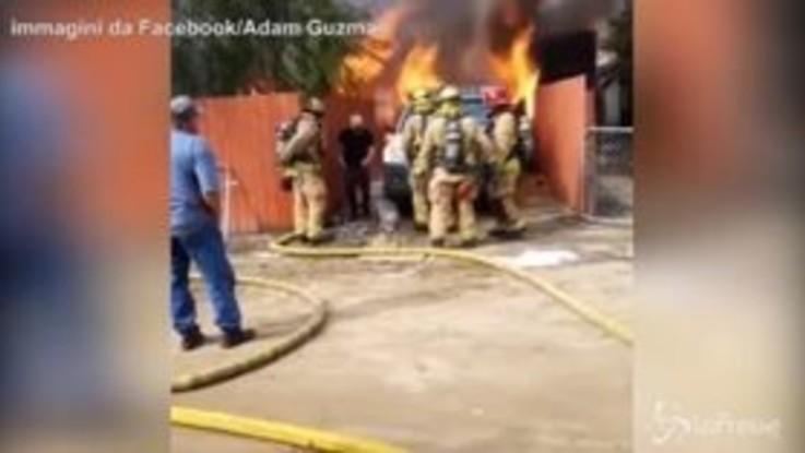 Salva il cane dalla casa in fiamme, il gesto eroico diventa virale