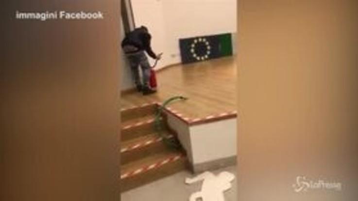 Acerra: vandalizzano l'aula magna a scuola, il video diffuso sui social