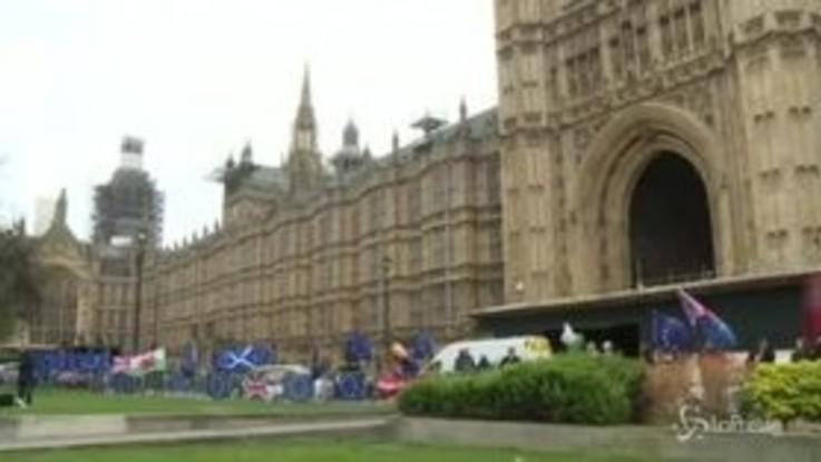 Brexit, bandiere europee davanti al Parlamento prima del voto