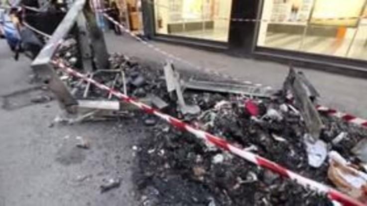 """Roma, ancora cassonetti in fiamme. Raggi: """"Questi episodi non ci fermano"""""""
